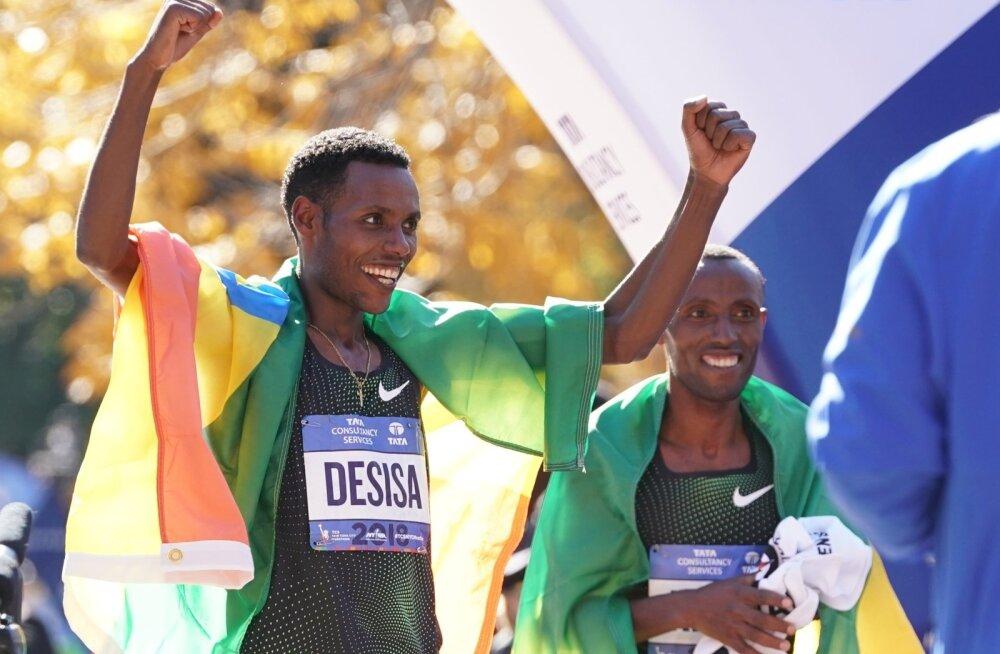 Võitja Lelisa Desisa ja Shura Kitata.