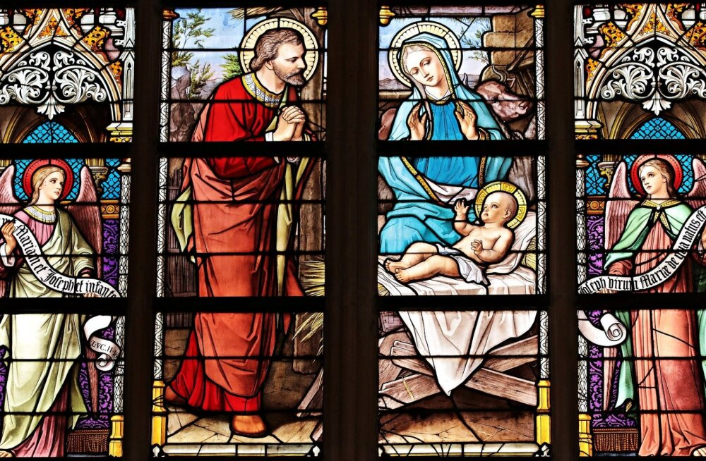 PIINLIK KLÕPS | Kiriku aknakaunistust imetlenud naisele jäi silma ootamatu detail pühaliku jalgevahel