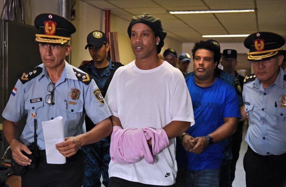 Ronaldinho (keskel) elu väljaspool platsi on olnud sama sündmusterohke nagu väljaku peal.