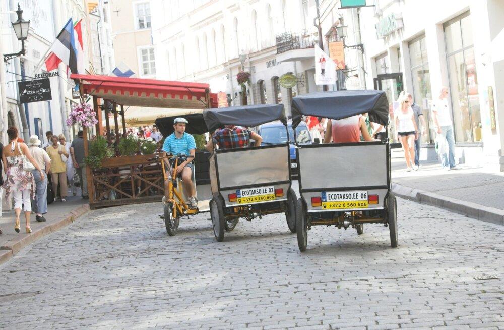 Таллинн с субботы запретит движение велотакси в Старом городе
