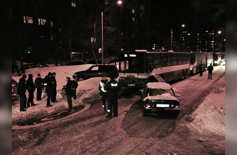 """ФОТО: Пьяный водитель на своем """"Опеле"""" протаранил автобус"""