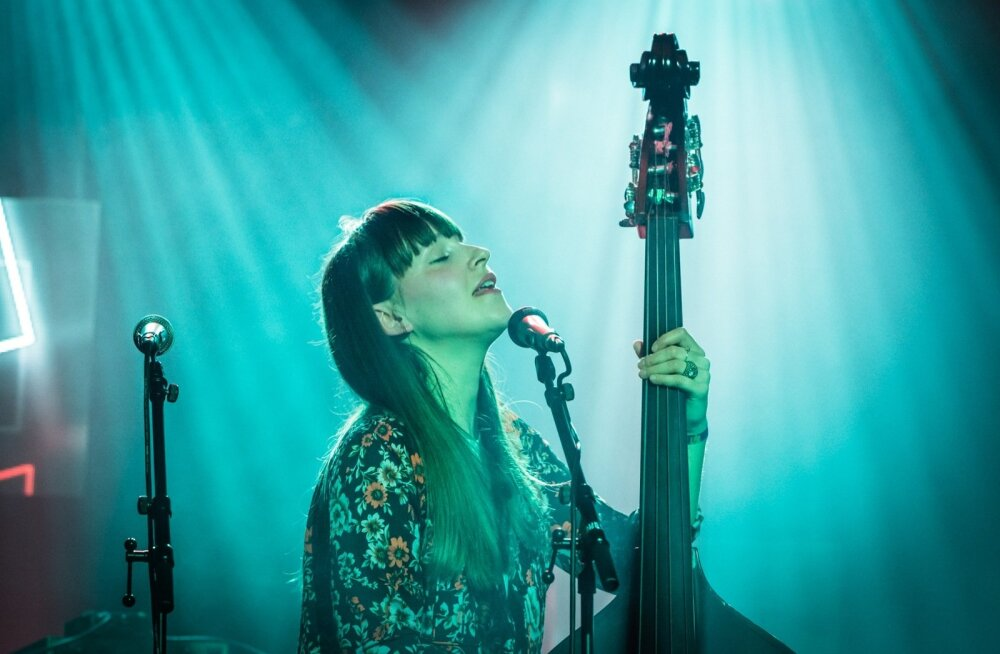 Ellen Andrea Wangi popi, roki ja džässi elementidega looming pääseb laval justkui plaadisalvestuste kammitsaist.