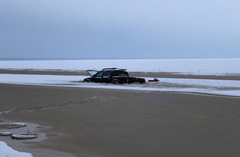 Sel talvel on läbi liiga õhukese jää vajunud vähemalt neli sõidukit