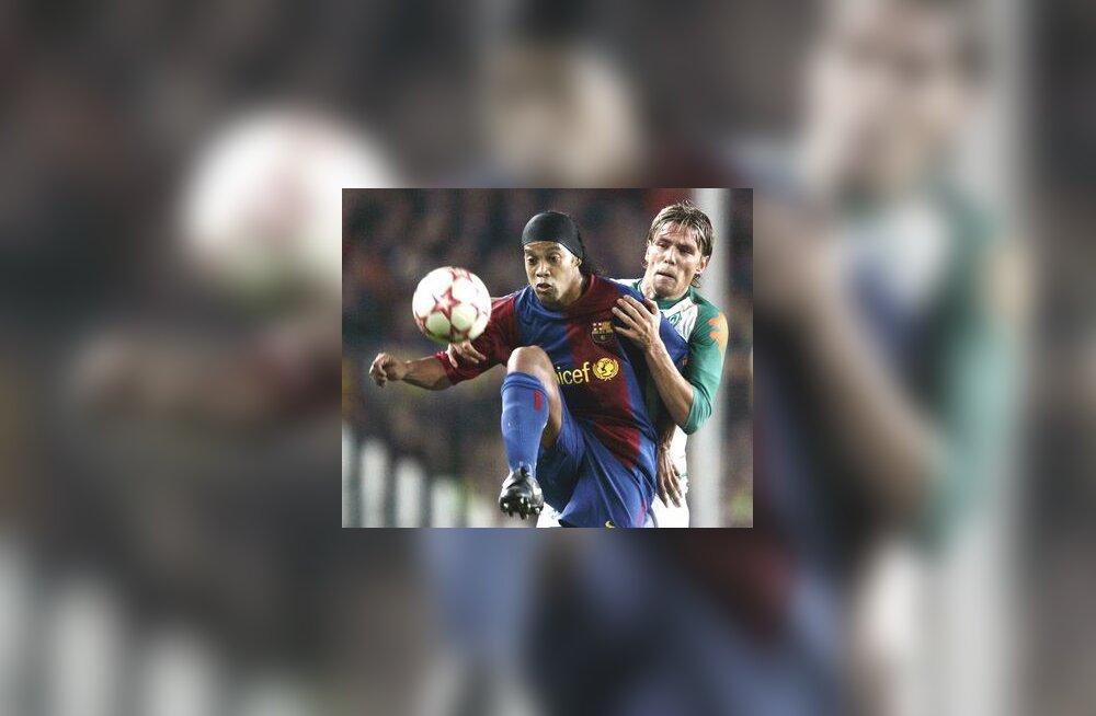 Barcelona pallivõlur Ronaldinho ja Werder Bremeni mängija Clemens Fritz