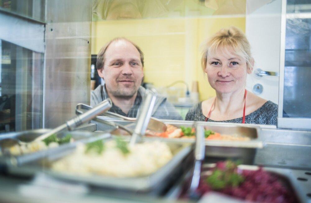Nõuni kauplust pidavad Kaimo Tamm ja Kristiina Palu kinnitavad, et õhtuks on kulinaarialett tühjaks ostetud.