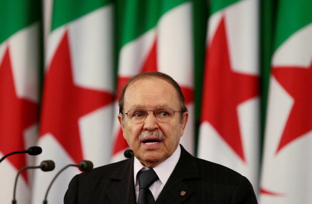 Президент Алжира пришел к власти в 1999 году — и теперь уходит из-за миллионных протестов. Он собирался баллотироваться на пятый срок