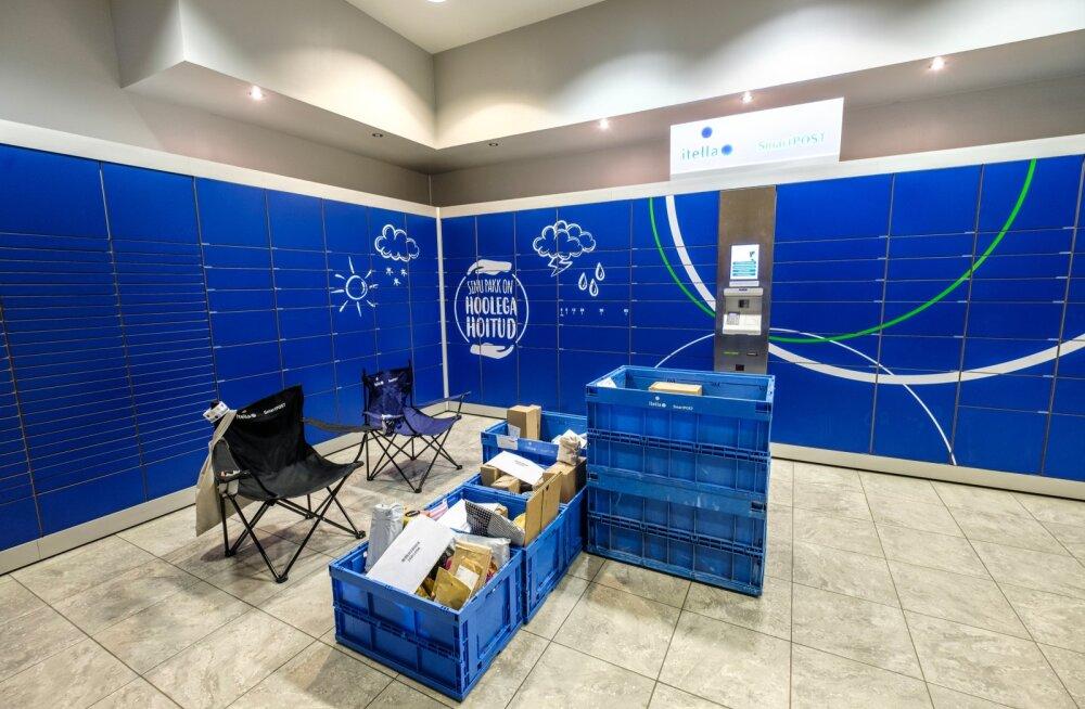 Smartposti pakiautomaadi juures jagati käsitsi pakke