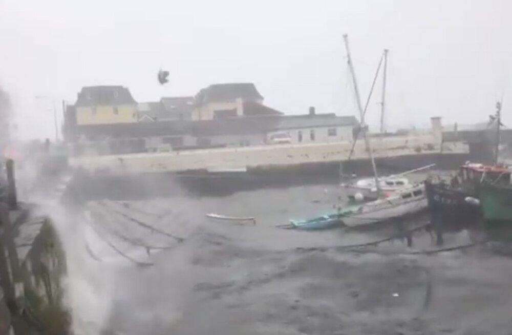 FOTOD | Torm Ophelia tõi Iirimaal kaasa kolme inimese hukkumise, ligi 300 000 jäi elektrita