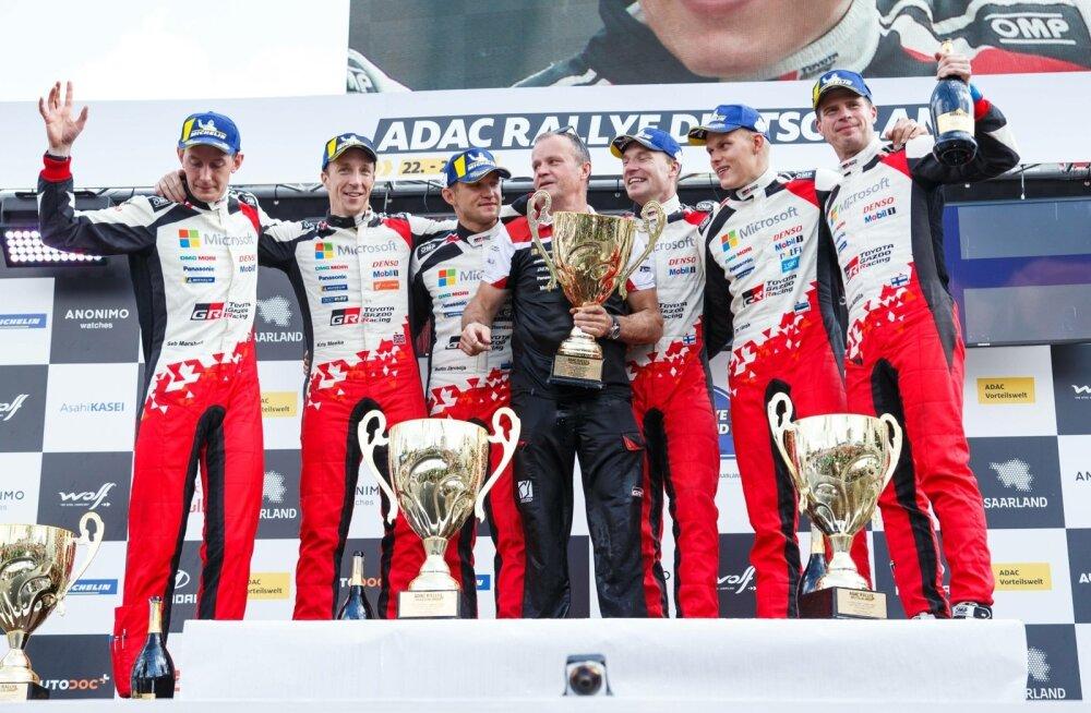 Toyota Saksamaal kolmikvõitu tähistamas.