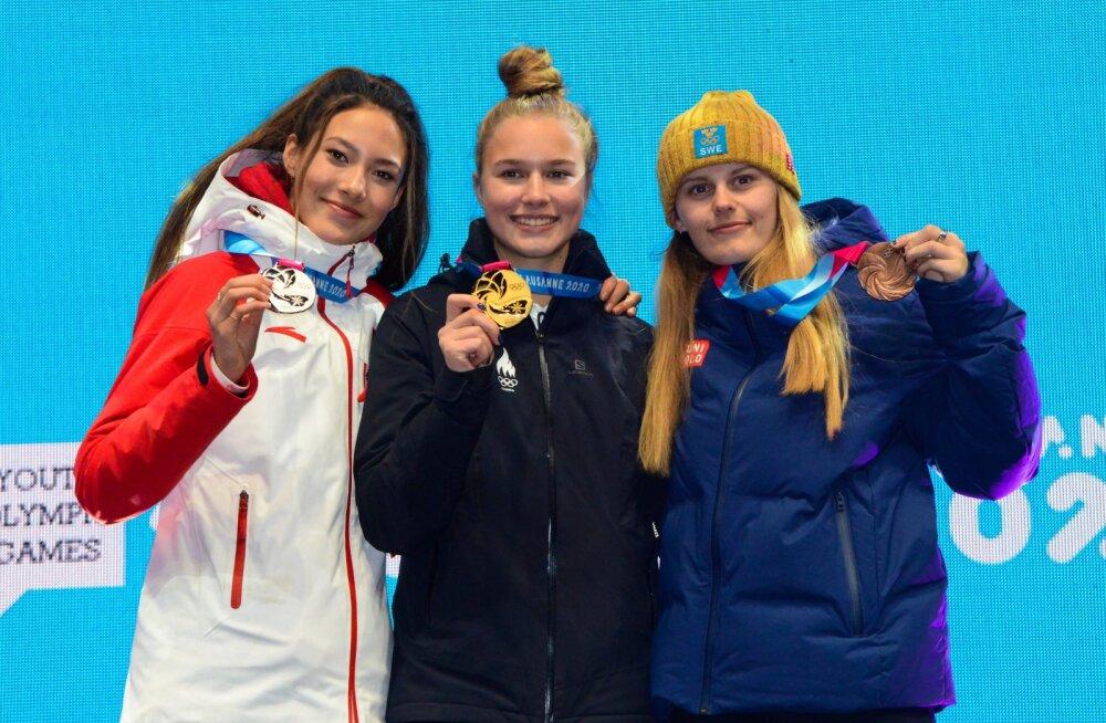 Kuldne Kelly Sildaru (keskel) koos Eileen Gu (vasakul) ja Jennie-Lee Burmanssoniga.