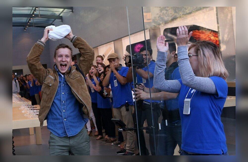 Õnnelik värske iPhone 6 omanik Patrick Tuntland Palo Altos Apple'i poest lahkumas..