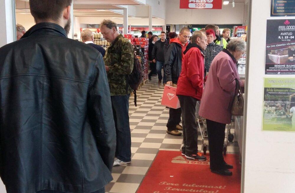 LUGEJA FOTO: Piiriäärses alkopoes käib ostumöll, inimesed rebivad üksteiselt kärusid