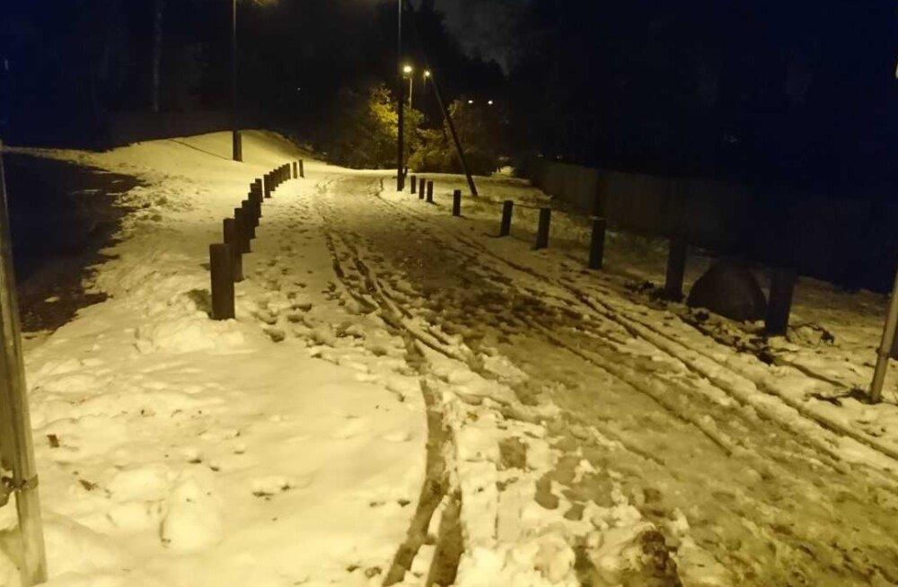 Nõmme elanik pahane: kergliiklustee jäi lumest puhastamata, sulavas lumemassis polnud sadadel teekäijatel kerge toime tulla