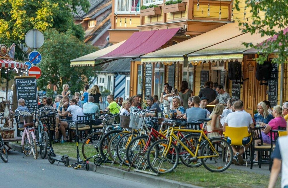 FOTOD | Suveõhtu Pärnus: meeletult rahvast ja pikad järjekorrad