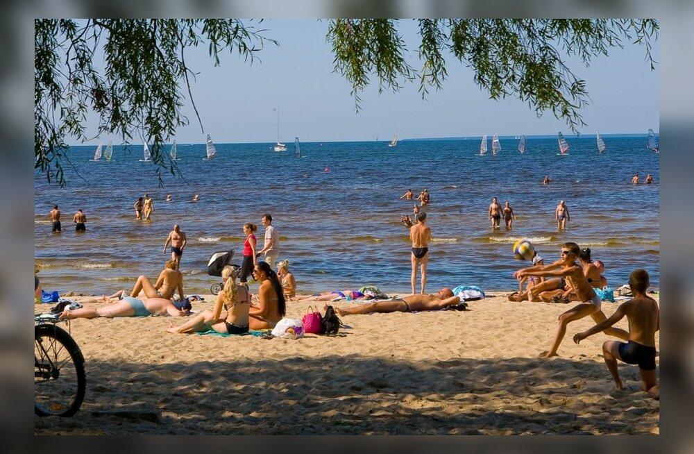 Молодые на безлюдном пляже фото 551-152