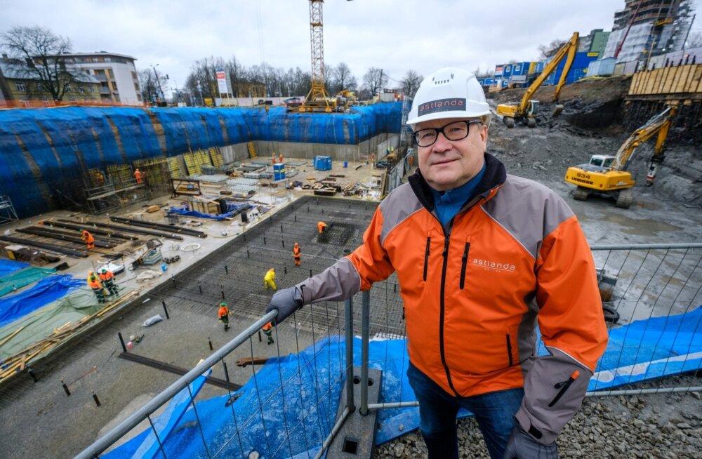 Astlanda Ehituse üks omanikke Olaf Herman ütleb, et koolide lepingud on talle vaid üks paljudest projektidest. Praegu on ehitusfirmal käsil näiteks uue kohtumaja ehitamine, mis fotol tagataustaks.