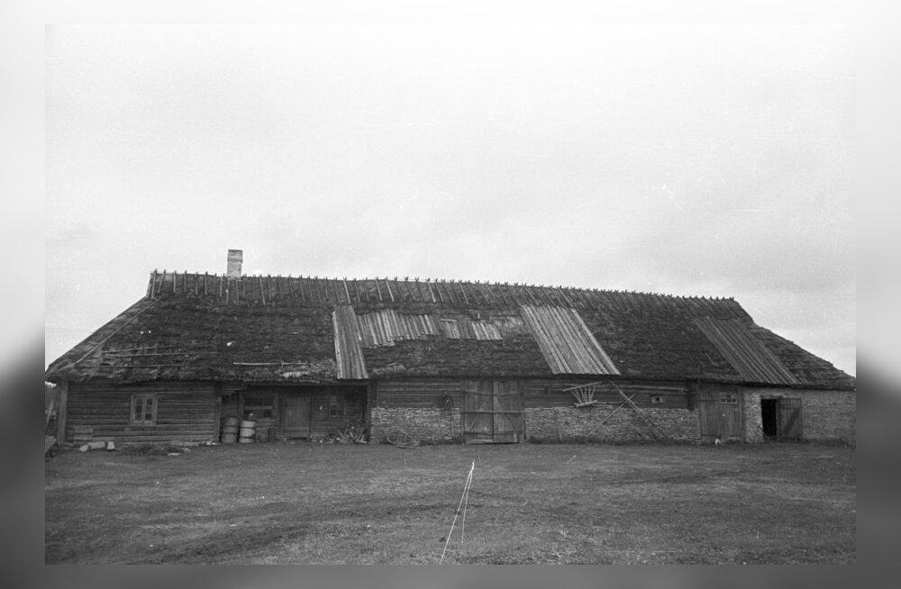 Kõik algab katuse tervisest. Paigatud rehemaja katus aastal 1960. Foto: EVM