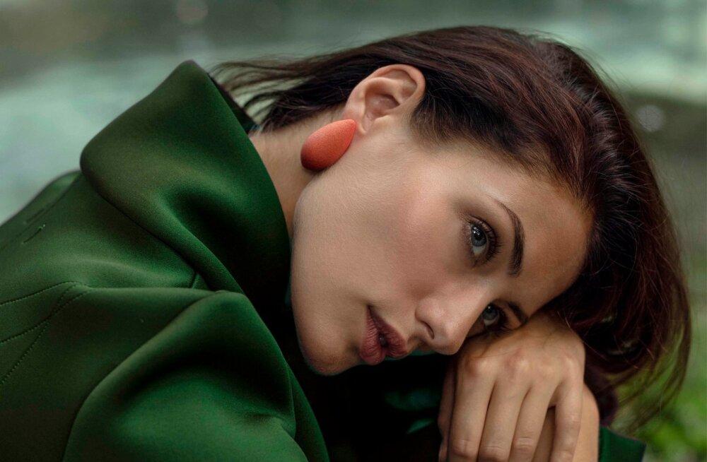 Ingrid Margus poseerib Tanel Veenre Jewellery Megamarjadega