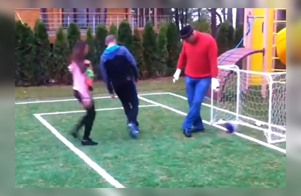 VIDEO: Poksihiiglane Nikolai Valujev on jalgpallurina kohutav väravavaht!