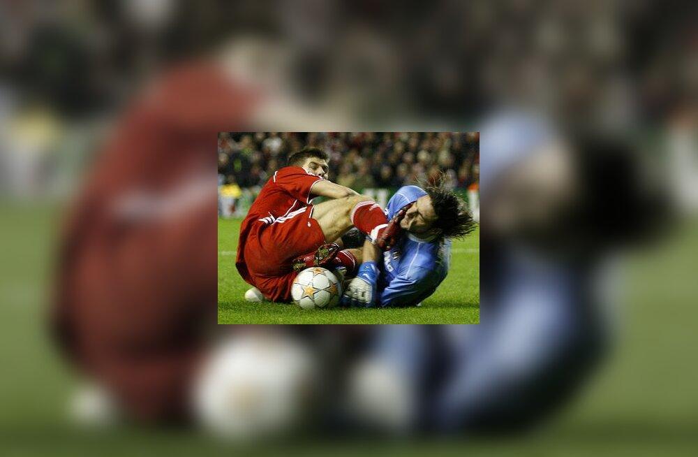 Liverpooli kapten Steven Gerrard ja Besiktasi väravavaht Hakan Arikan
