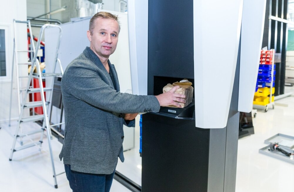 Cleveroni üks asutajatest, Arno Kütt koos ettevõtte pakiautomaadiga