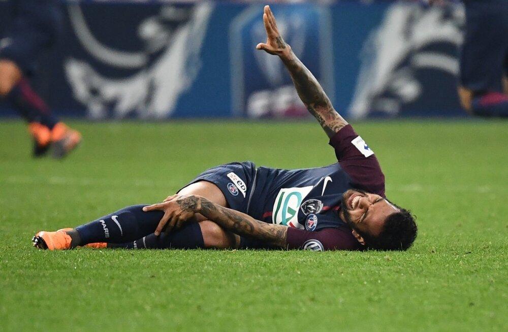 Dani Alves tegi põlvele viga.