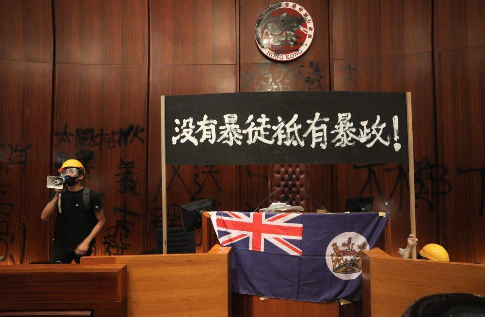 ВИДЕО | В Гонконге протестующие захватили парламент и вывесили британский колониальный флаг — против усиления власти Китая