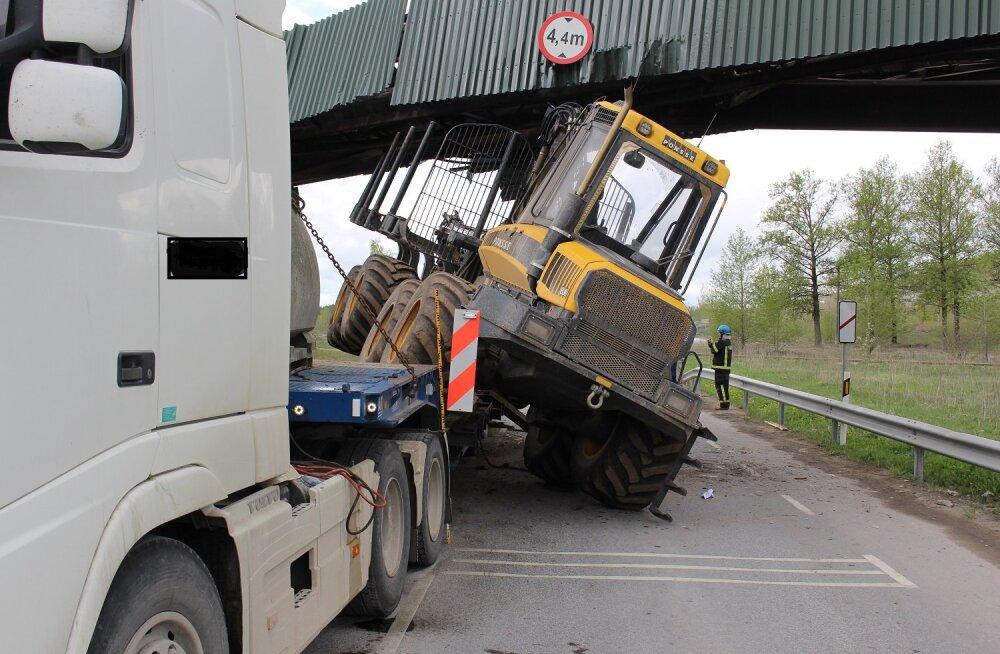 FOTO: Kiviõlis takistab treileri pealt maha kukkunud traktor liiklust