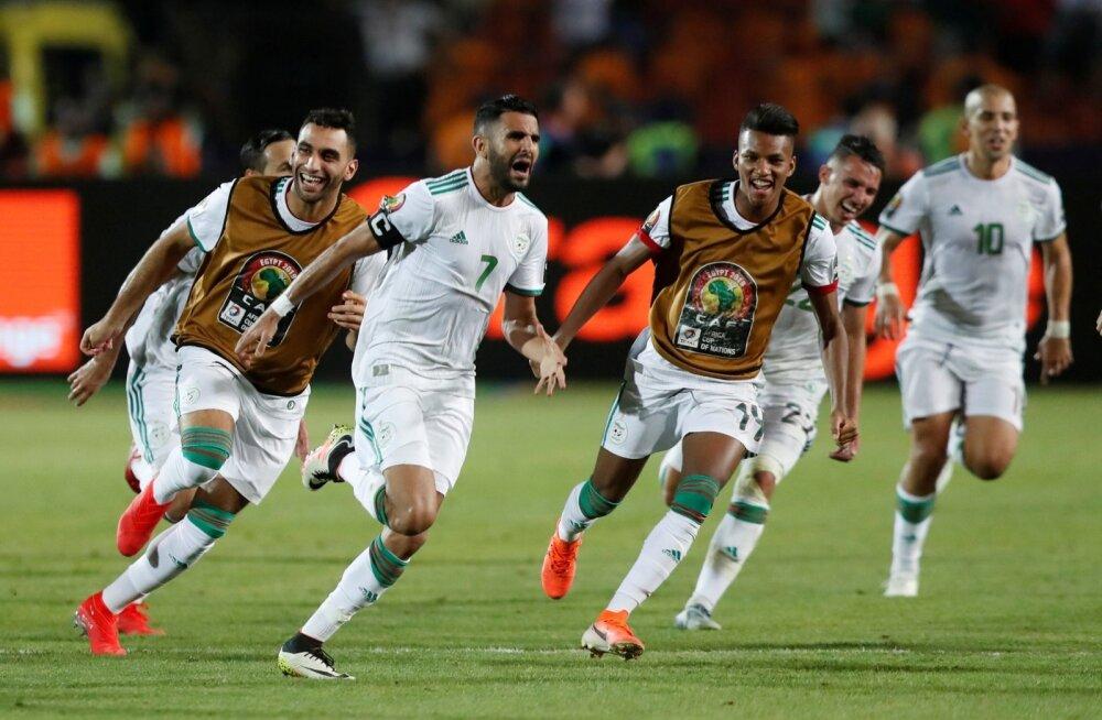 Riyad Mahrez tähistamas koos kaaslastega Aafrika meistrivõistlustel finaali jõudmist.