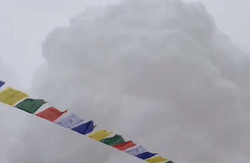 VIDEO: Nii nägi välja lumelaviini alla jäämine Everesti baaslaagris
