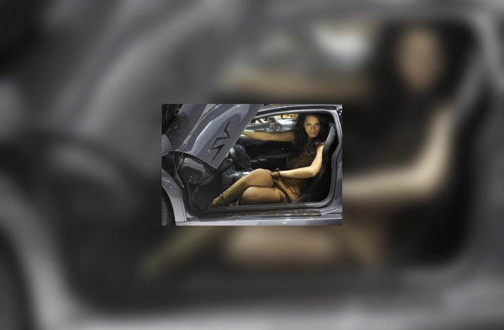 Mis teeb autost naiseliku? Naine selle sees? Foto Philippe Desmazes, AFP