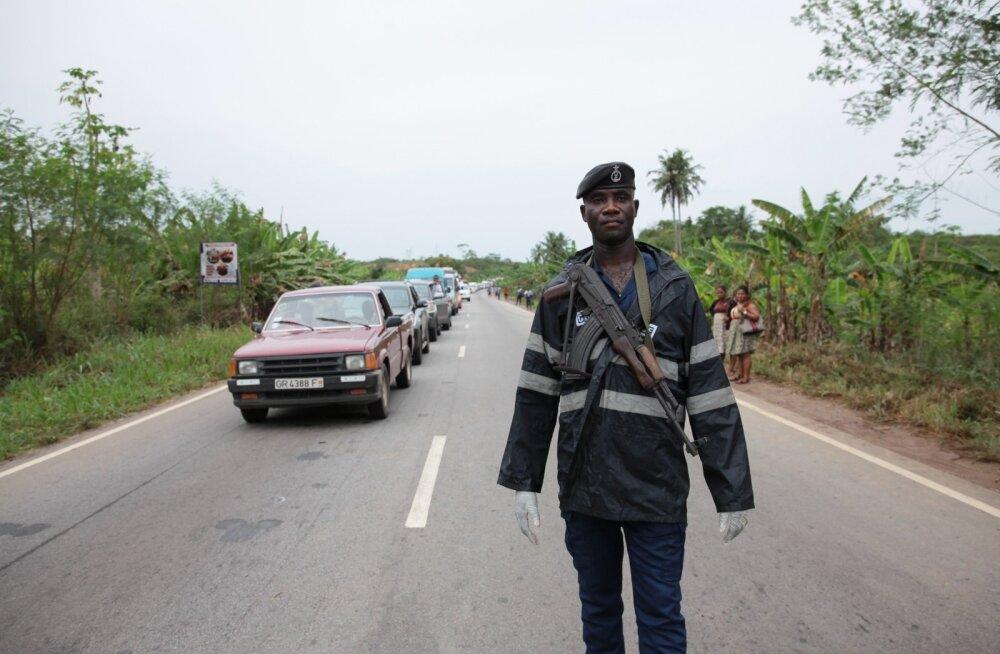 Ghana politseinik tegutsemas õnnetuskohas. Foto on illustreeriv