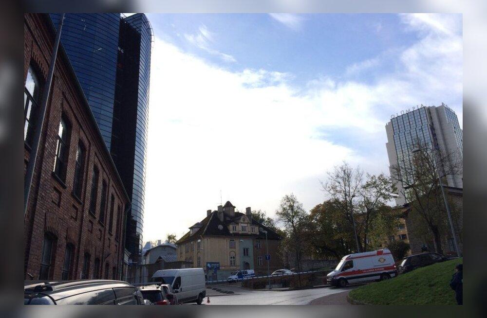 ВИДЕО: В центре Таллинна саперы проверили подозрительный чемодан
