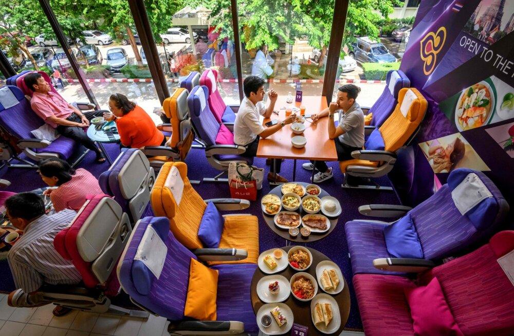 Люди скучают по путешествиям: в Таиланде открылся ресторан с бортовым питанием