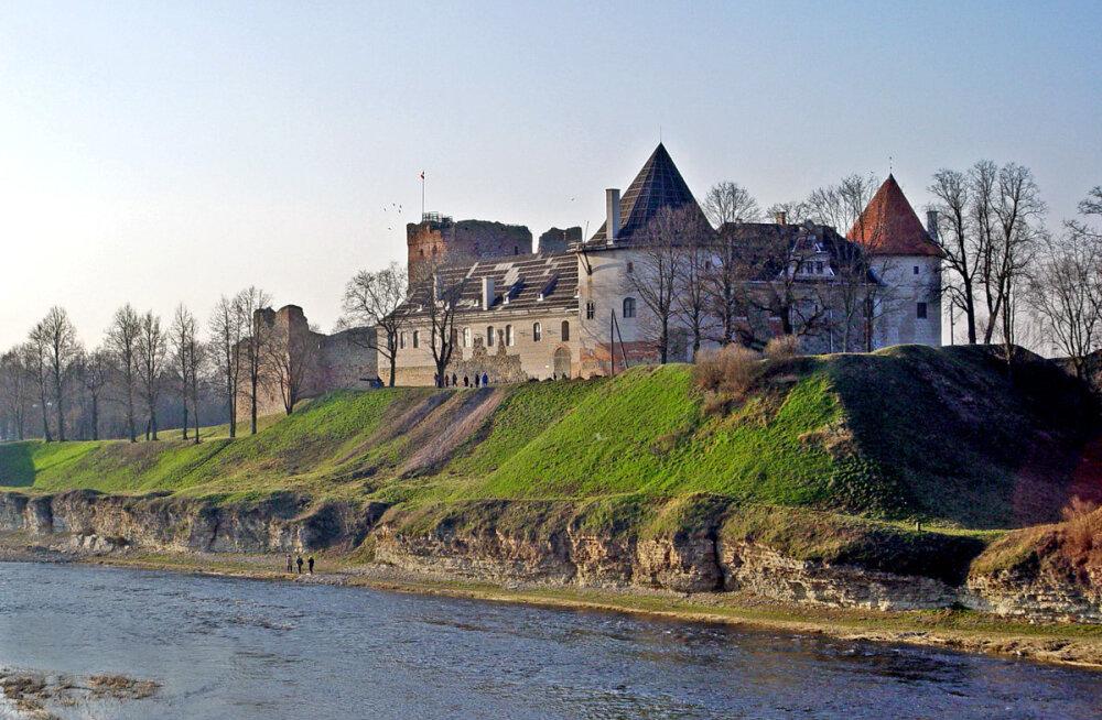 Один день в Бауске: средневековый замок, советская экспозиция и удивительные автомобили