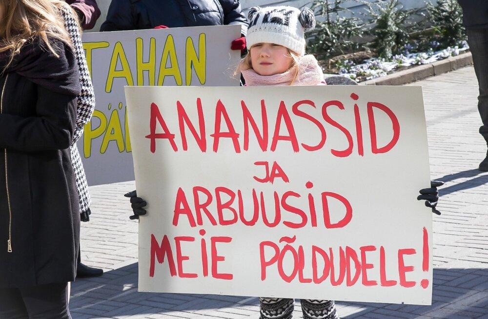 Kuressaares tulid inimesed plakatitega linnavalitsuse ette
