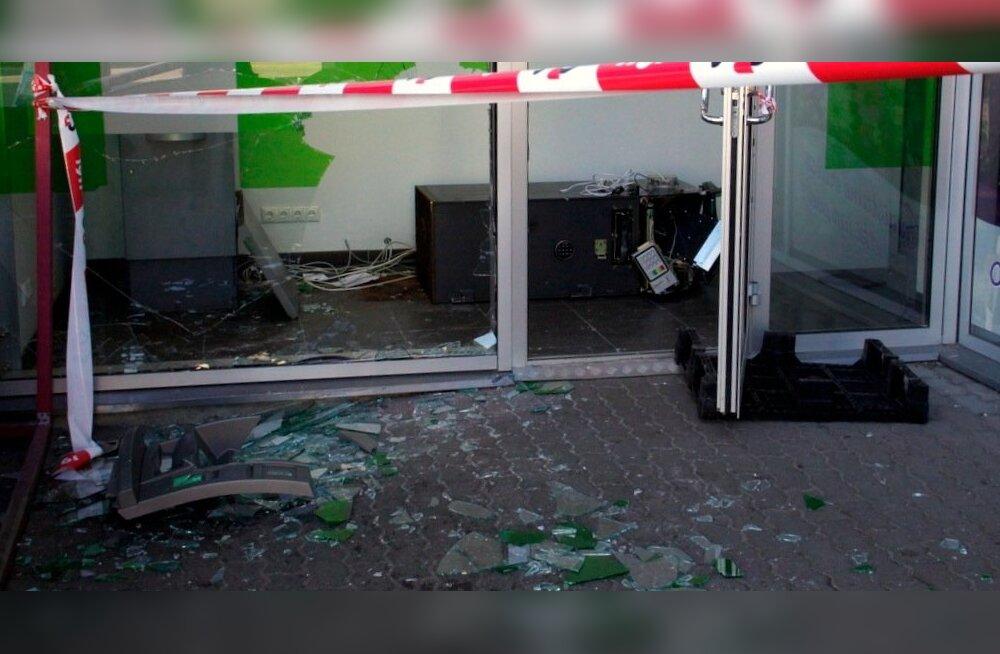 Kohtla-Järvel üritati pangaautomaadist - sedapuhku SEBi oma - raha kätte saada ka mullu sügisel. Kurjategijad raha ei saanud, ent röövi käigus tekitatud kahju ulatus kümne tuhande euroni.