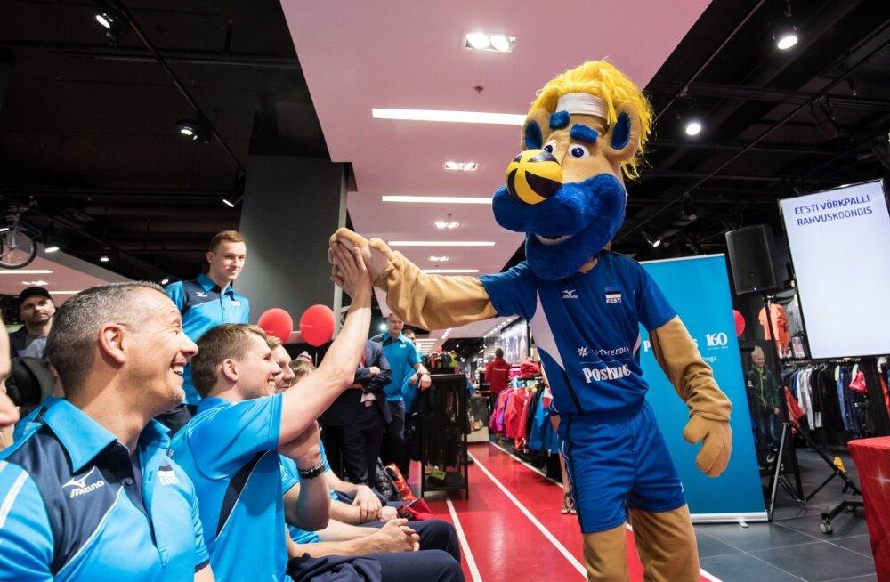 Võrkpallikoondise uus maskott lööb patsu rahvusmeeskonna teise treeneri Rainer Vassiljeviga.