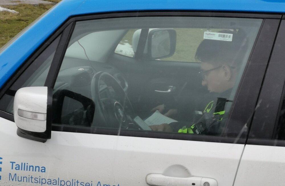 FOTO | Mupo ametnik näppis roolis olles telefoni ja tõmbas tähelepanu kahtlase juhtimisstiiliga