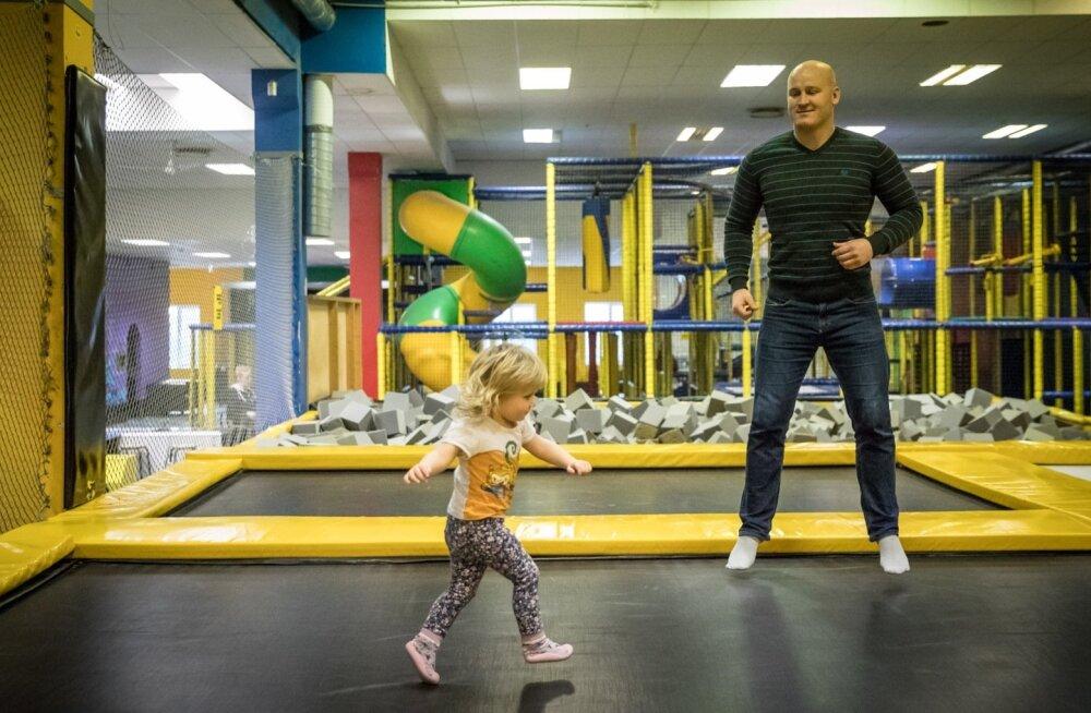 Ardo Arusaar on vabal ajal alati valmis kaheaastase tütre Adeelega möllama, kas siis batuudikeskuses või kodus tagaajamismängu mängides.
