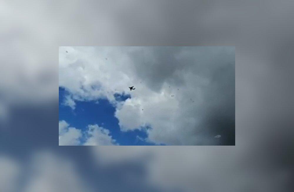 VIDEO | Vene õppustel sööstis kaks lennukist alla visatud lahingumasinat avanemata langevarjuga vastu maad