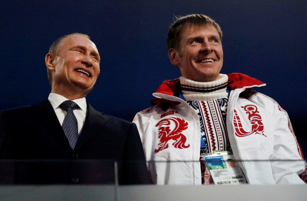 Президент РФ Владимир Путин и бобслеист Александр Зубков