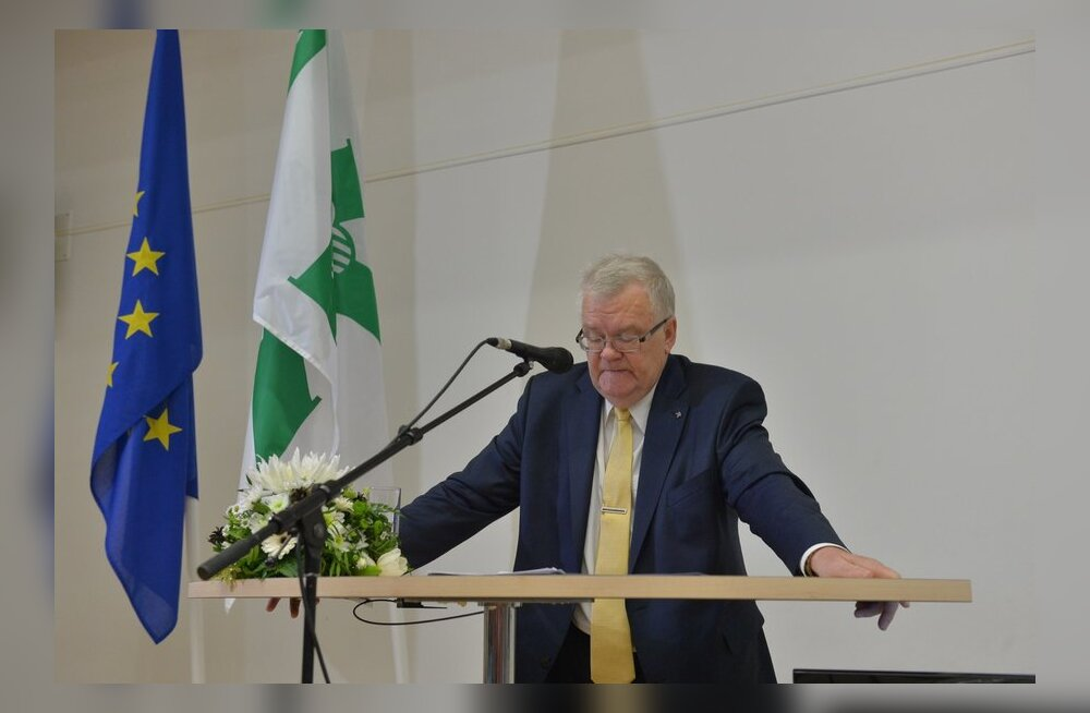 Edgar Savisaar volikogul kõnet pidamas