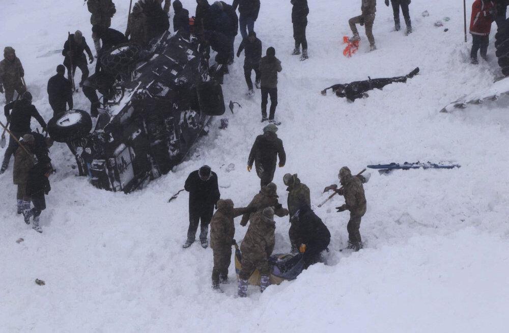 В результате схода лавин на востоке Турции погибли десятки людей