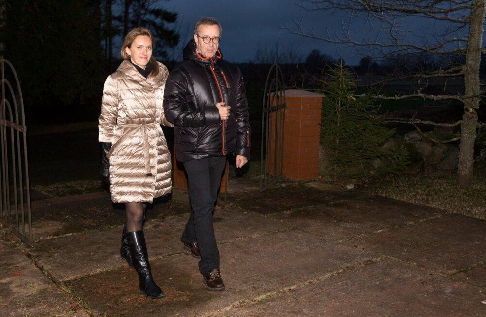 Jõulu ajal Halliste kirikusse jumalateenistusele suunduv peatne abielupaar, kes laulatatakse 2. jaanuaril samas kirikus.