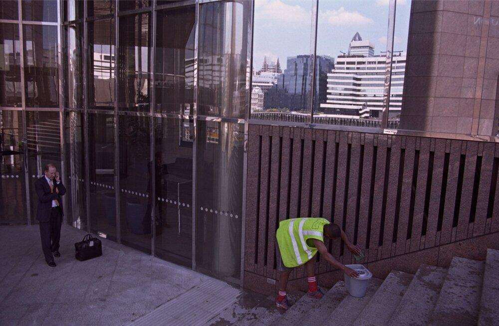 Pankur ja tänavakoristaja Londoni Citys.