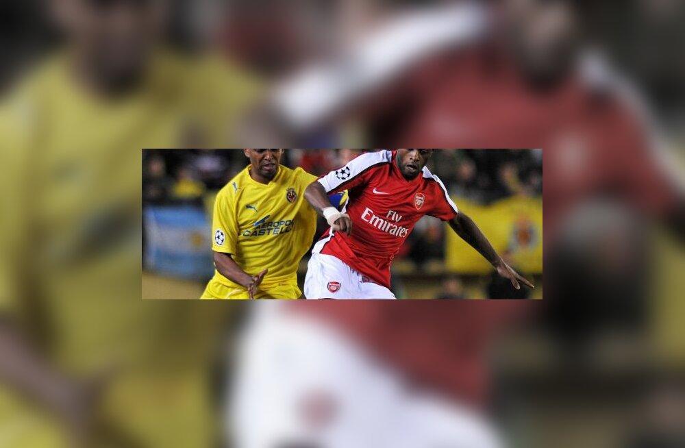 Marcos Senna (Villarreal) ja Alex Song (Arsenal)
