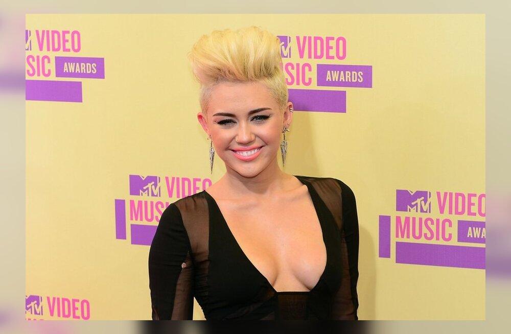 FOTOD: Miley Cyrus näitas uut soengut ja üliavarat dekolteed