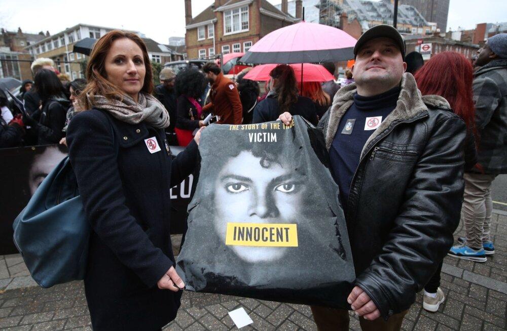 """Michael Jacksoni fännid protestivad Channel 4 peakorteri ees """"Leaving Neverlandi"""" Londonis eetrisse jõudmise vastu."""