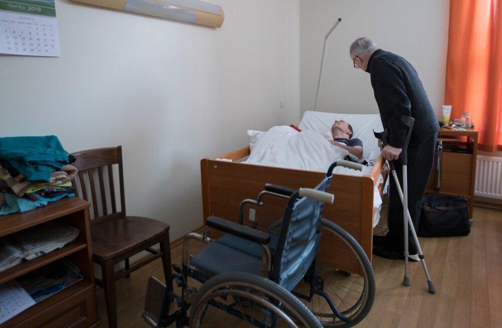 45 лет наедине со своей бедой: отец — на костылях, сын — прикован к постели. Мест в домах по уходу нет